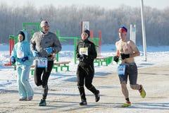 Multinationale deelnemers van de 27ste Kerstmis halve marathon in Omsk Royalty-vrije Stock Foto's
