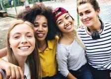 Multinationale Freundinnen im Park selfie stockbilder