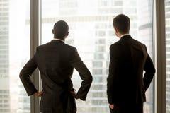 Multinationale Geschäftsmänner, die vom Erfolg träumen lizenzfreie stockbilder