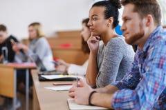 Multinationale groep studenten in een auditorium stock afbeeldingen