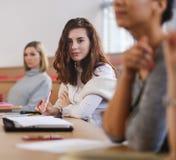 Multinationale groep studenten in een auditorium stock foto's