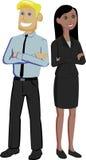 Multinationale Paare von den Büroangestellten, die mit den Armen herüber zurück zu Rückseite stehen Lizenzfreie Stockfotos
