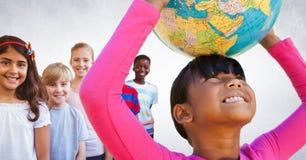 Multinationale und multikulturelle Kinder, die Weltkugel mit leerem Hintergrund halten Stockfotografie