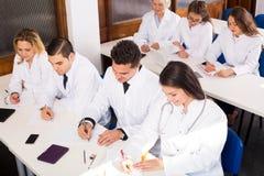 Multinationellt företagallmäntjänstgörande läkare och professor som har diskussion Royaltyfri Bild