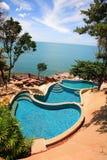 Multiniveau overzeese meningszwembaden, zonlanterfanters naast de tuin en de blauwe oceaan Royalty-vrije Stock Afbeelding