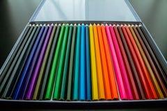 Multipel färgade blyertspennor i en ask Arkivfoto