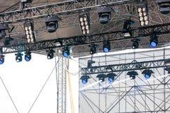 Multipelstrålkastare och blixtutrustning ovanför utomhus- etapp Royaltyfri Bild