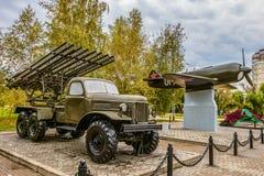 ` Multiplo di Katyusha del ` dei lanciarazzi BM-13 dell'artiglieria sul telaio di ZIL-157 e sul modello di aereo da caccia La-7 Fotografie Stock Libere da Diritti
