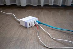 Multiport USB władzy adaptor ładowarka dla mądrze pastylki i telefonu obraz royalty free
