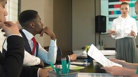 Multiraciaal commercieel team die samen businessplannen bespreken stock footage