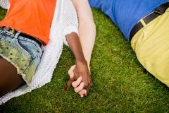 Multiraciaal paar in het park stock afbeeldingen