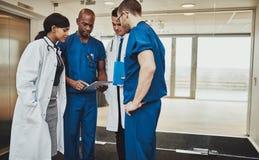 Multiraciaal team van artsen die een patiënt bespreken Royalty-vrije Stock Afbeeldingen