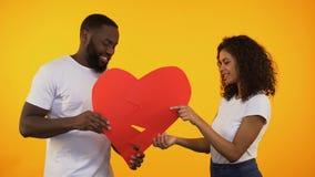 Multiracial пары соединяясь бумажного сердца, примирения после ссоры, отношений акции видеоматериалы
