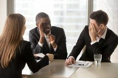 Multiracial бизнесмены пряча сторону при руки, секретно говоря Стоковые Фотографии RF