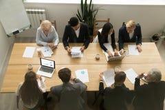Multiracial бизнесмены работая совместно на столе переговоров Стоковые Фотографии RF