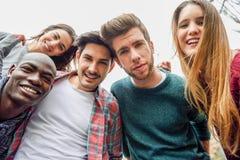 Multiracial группа в составе друзья принимая selfie стоковое изображение rf
