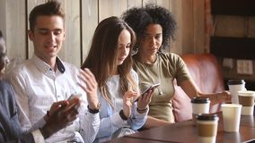 Multiracial друзья используя smartphones и говорящ в кофейне, передвижной наркомании акции видеоматериалы