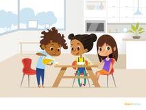 Multiracial дети подготавливая обед сами по себе и еду 2 девушки сидя на таблице и мальчике лить апельсиновый сок в стекло иллюстрация вектора