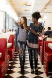 Multiracial женщины в обедающем Стоковая Фотография RF