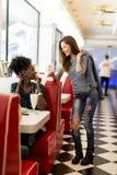 Multiracial женщины в обедающем Стоковые Фотографии RF