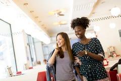 Multiracial женщины в обедающем Стоковые Фото