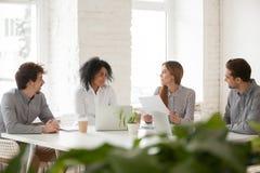 Multiracial мужские и женские коллеги имея обсуждение на команде Стоковое Фото