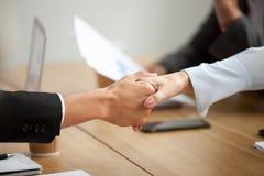 Multiracial обещать handshaking бизнесмена и коммерсантки Стоковое Фото