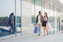Multiracial пары ходя по магазинам совместно Стоковая Фотография RF