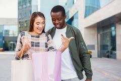 Multiracial пары ходя по магазинам совместно Стоковое фото RF