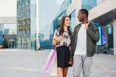 Multiracial пары ходя по магазинам совместно Стоковые Фотографии RF