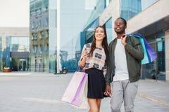 Multiracial пары ходя по магазинам совместно Стоковые Изображения RF