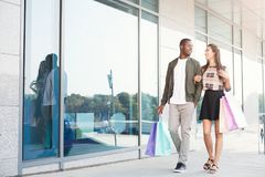 Multiracial пары ходя по магазинам совместно Стоковая Фотография