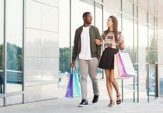 Multiracial пары ходя по магазинам совместно Стоковое Фото