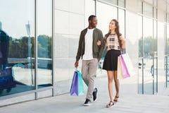 Multiracial пары ходя по магазинам совместно Стоковые Изображения