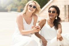 2 multiracial подруги имея потеху совместно Стоковое Фото