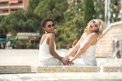 2 multiracial подруги имея потеху совместно Стоковое Изображение