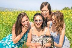 Multiracial подруги на фото пикника сельской местности наблюдая Стоковое фото RF