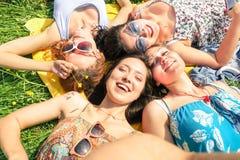 Multiracial подруги принимая selfie на пикник сельской местности Стоковые Изображения