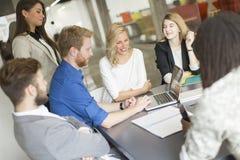 Multiracial предприниматели имея встречу в конференц-зале Стоковая Фотография RF