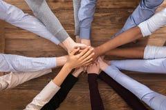 Multiracial предприниматели штабелируя их руки стоковое изображение rf
