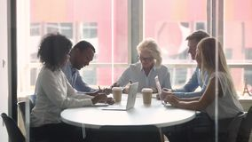 Multiracial реальности деловых партнеров сидя в контракте подписания комнаты правления акции видеоматериалы