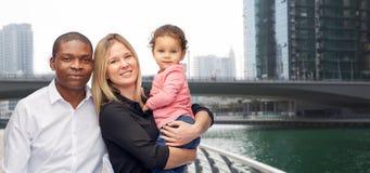 Multiracial семья с маленьким ребенком в Дубай Стоковая Фотография RF