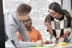 Multiracial современные бизнесмены работы соединились с технологическими приборами как таблетка и компьтер-книжка Стоковое Фото