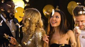 Multiracial танцы пар под падая confetti, счастливым совместно, партия видеоматериал
