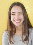 Multiracial attraktivt ungt skratta för kvinna Arkivfoton