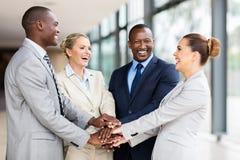 Multiracial biznes drużyna wpólnie obrazy royalty free