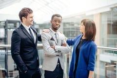 Multiracial biznes drużyna gratuluje Dla sukcesu afroamerican kolega Obraz Royalty Free