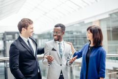 Multiracial biznes drużyna gratuluje Dla sukcesu afroamerican kolega Zdjęcia Stock