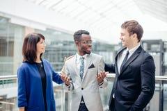 Multiracial biznes drużyna gratuluje Dla sukcesu afroamerican kolega Zdjęcie Stock