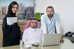 Multiracial Biznesowy spotkanie w biurze, arabski biznesmen, arabska sekretarka & obcokrajowa spotkanie w biurze jest ubranym hij Obrazy Royalty Free